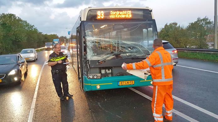 De bus raakte, net als de bedrijfswagen, flink beschadigd bij het ongeluk. Bestuurders en passagiers bleven ongedeerd.
