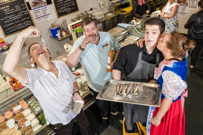 In Vishandel Lon in de Dorpsstraat smaakt de nieuwe haring naar meer.