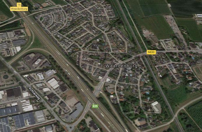 Waardenburg ligt pal langs de A2. De bebouwde kom ligt ten oosten van de snelweg, het bedrijventerrein ten westen.