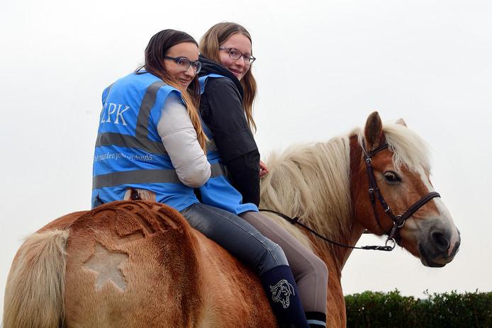 Nikky Mieger(l) en Louse Nederlof(r) op paard Magic.
