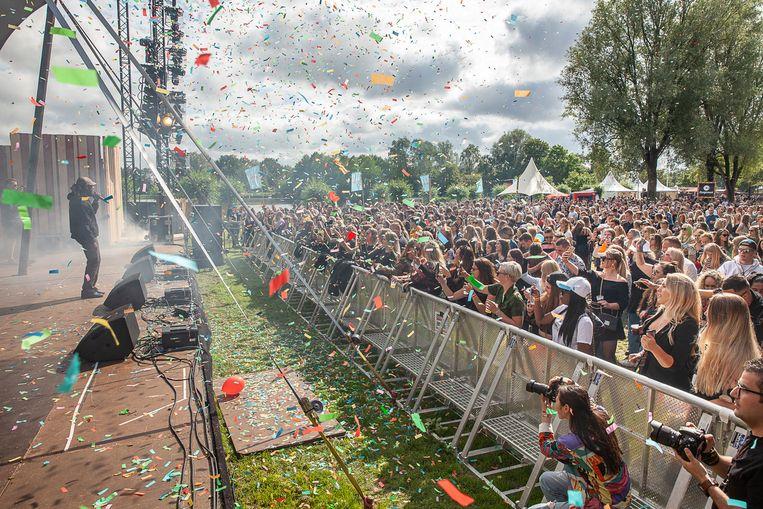 Rapper Frenna treedt op tijdens Promised Land, het eerste van de drie zomerfestivals in de Groene Ster in Leeuwarden. Beeld Harry Cock