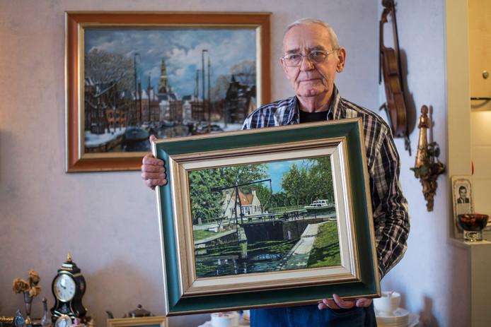 Joop Veenstra met één van de doeken die wél gered kon worden. Foto: Lenneke Lingmont