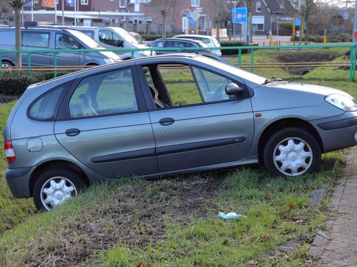 Beschonken man rijdt op klaarlichte dag in Waalwijk zijn auto in de sloot
