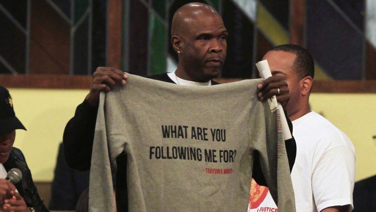 Een man houdt een hoodie op met de tekst 'Waarom achtervolg je mij', uit protest tegen wat door velen in Amerika wordt gezien als de racistische moord op Trayvon Martin. Beeld reuters