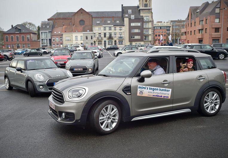 Enkele liefhebbers maken een ritje met hun Mini Cooper.