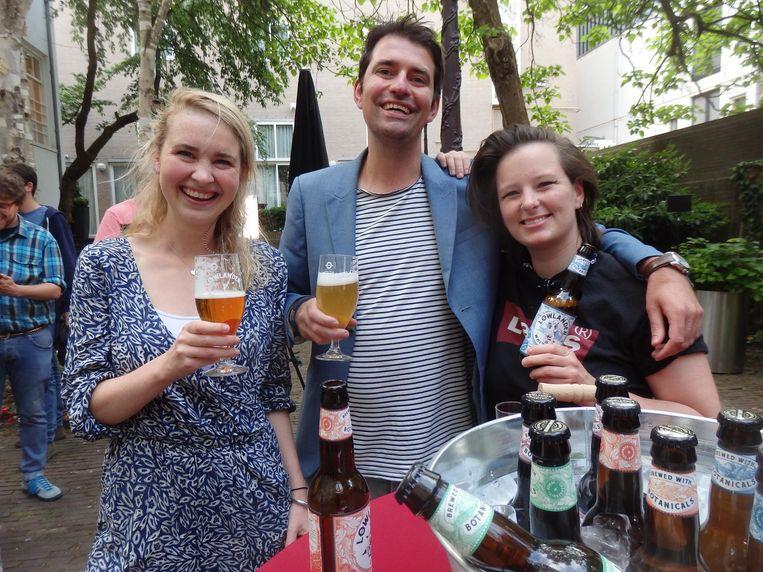 Floortje IJssel de Schepper (Food Inspriration), Ingmar Voerman (Ingmar drinkt) en Cecile Fayn (Flying Dutchman). 'Hebben we het etiket naar voren?' Move that product, zo is dat. Beeld Schuim