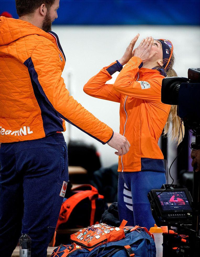 Esmee Visser beseft dat zij goud heeft gewonnen op de 5.000 meter. Beeld Klaas Jan van der Weij / de Volkskrant