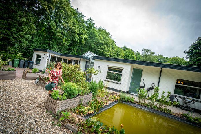 Anna Beeftink in de voortuin van haar huis in Amerongen. De tuin is zo aangelegd dat-ie geen extra water nodig heeft. Planten in bakken natuurlijk wel.