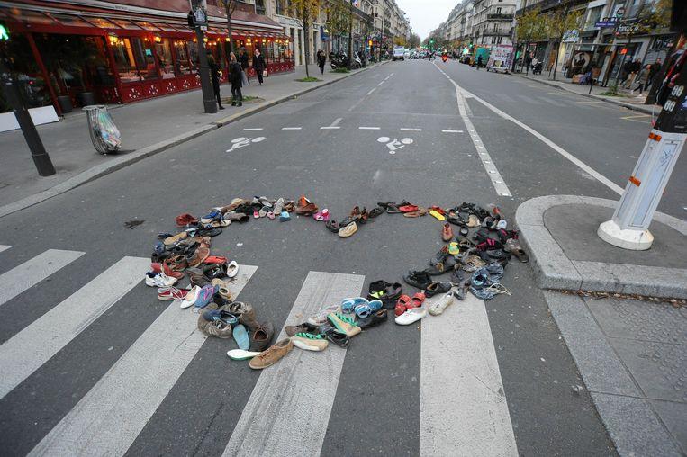 In Parijs zijn schoenen gezet als vreedzaam protest voor het klimaat en als verwijzing naar een verbod om de straat op te gaan vanwege de noodtoestand in Frankrijk sinds de aanslagen. Beeld photo_news