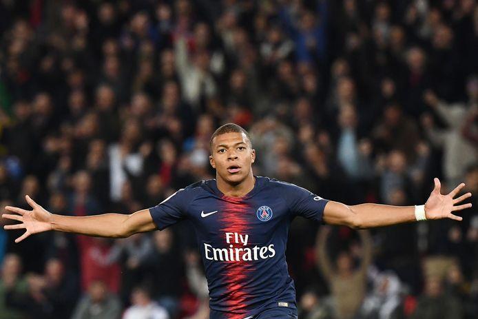 Kylian Mbappé viert één van zijn vier doelpunten tegen Olympique Lyon.