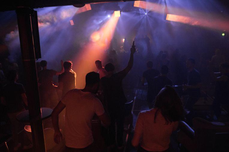 Anderhalvemeterclubavond in De Marktkantine in Amsterdam. Sinds 1 juli viert de Amsterdamse club bescheiden feestjes. Beeld Maarten van der Kamp