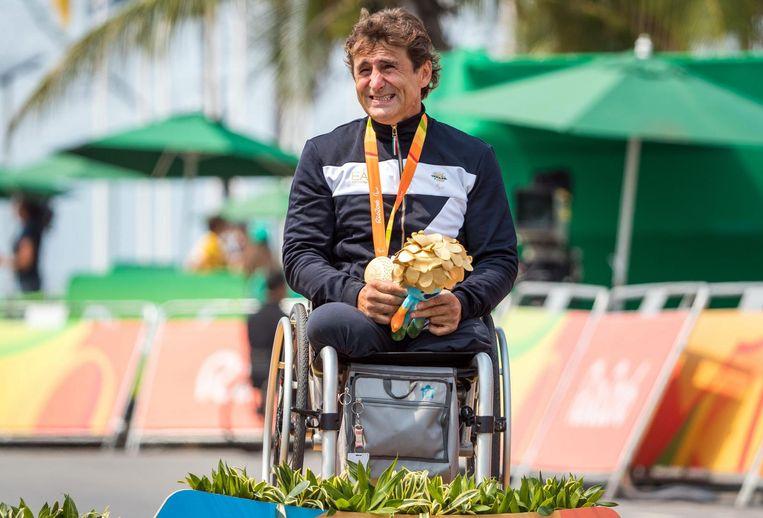 Zanardi bij z'n gouden olympische medaille in Rio, in 2016.