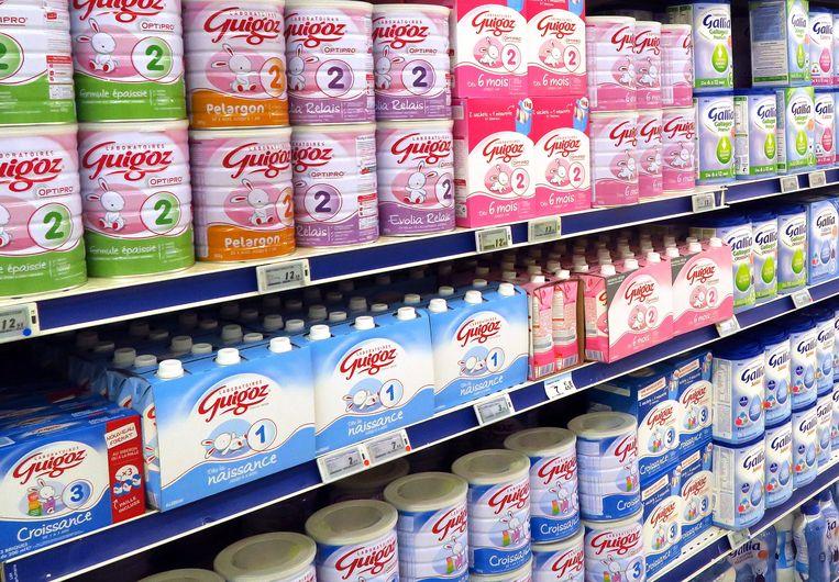 Blikken poedermelk in een Franse supermarkt. Beeld EPA