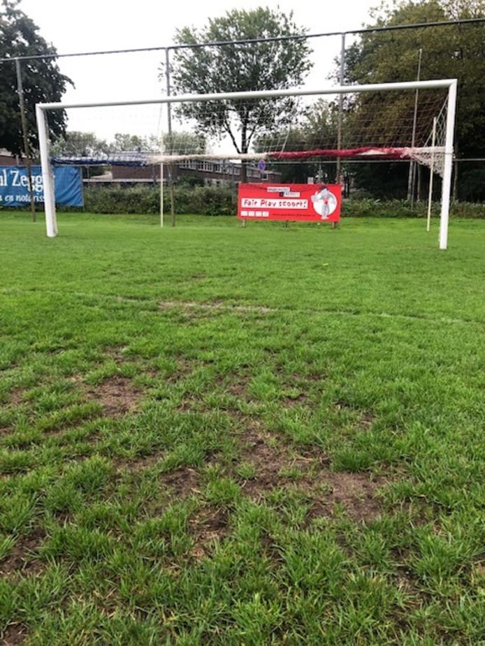 Het doelgebied van het veld van VV IJsselstreek. IJsselstreek beklaagt zich over het onderhoud, volgens de gemeente is dat adequaat en zorgden engerlingen voor de slechte plekken.