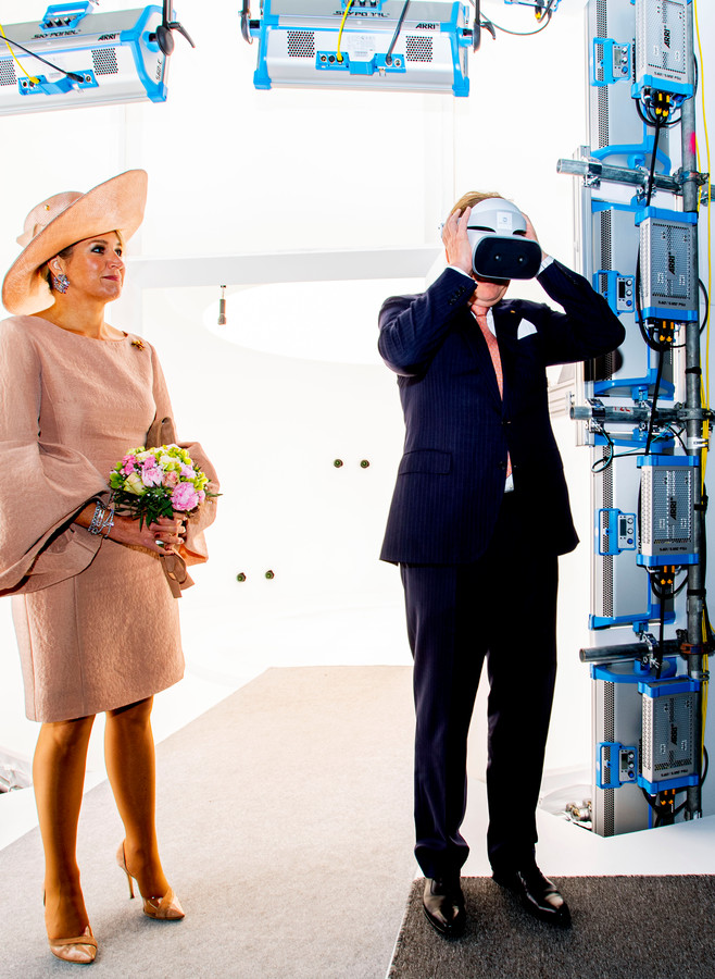 De koning probeert een virtual reality-bril uit in de Volucap Studio in Medienstadt.