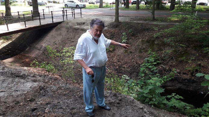 """Hans Melchers heeft het gehad met de burgemeester en de gemeente. Parkeerproblemen? ,,Ik bouw hier een brug en daar in het bos komen 100 parkeerplaatsen. Zijn we selfsupporting. Everybody happy!"""""""