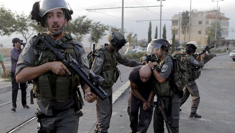 Israëlische militairen pakken een Palestijnse betoger op bij Jeruzalem