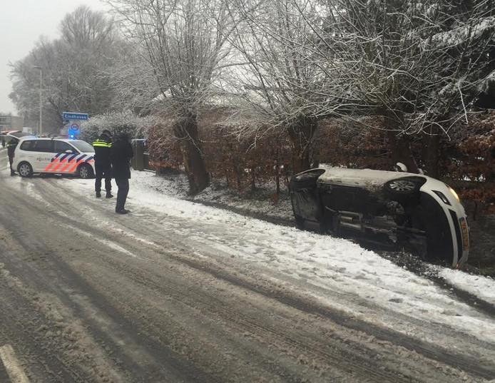 Op de Urkhovenseweg raakte een auto van de weg als gevolg van de gladheid.