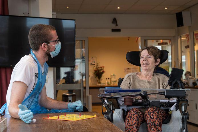 Stefan Jonkman werkt normaal in de horeca bij Hart van de Betuwe, maar door de corona werkt hij nu als vrijwilliger in verzorgingstehuis Vrijthof.