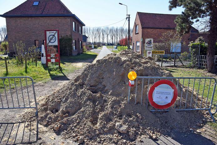 De grensafsluiting tussen België en Nederland in de Vuilpanstraat bij Sint Laureins.