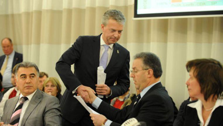 Marco Pastors van Leefbaar Rotterdam geeft vrijdag tijdens de bekendmaking van de definitieve uitslag van de gemeenteraadsverkiezingen in Rotterdam zijn bezwaren aan burgemeester Ahmed Aboutaleb. Foto ANP Beeld
