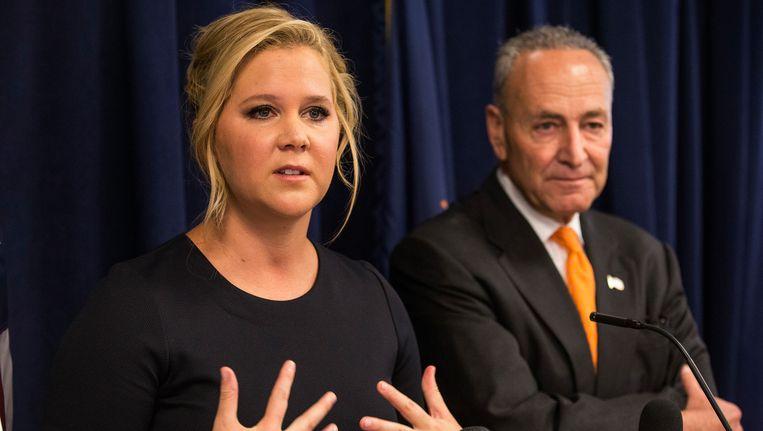 Amy Schumer en senator Chuck Schumer (New York) tijdens de persconferentie.
