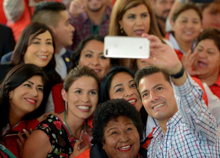 De Mexicaanse president Enrique Pena Nieto maakt een selfie in Mexico City. Beeld REUTERS