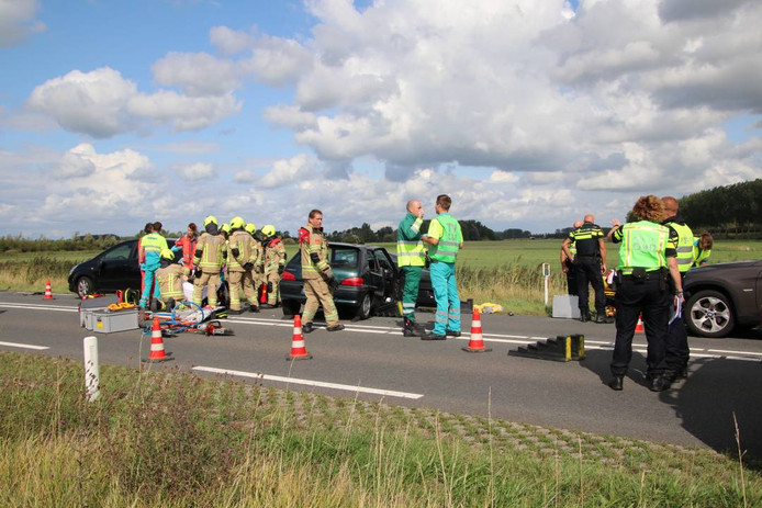 Hulpdiensten rukten massaal uit voor het ongeluk waarbij in totaal zestien mensen gewond raakten.