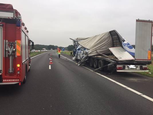 De A73 is dicht als gevolg van een ongeval tussen twee vrachtwagens.