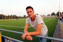 Sjors Paridaans afgelopen week langs het UNA-veld. De lange verdediger moet even toekijken vanwege een hamstringblessure.