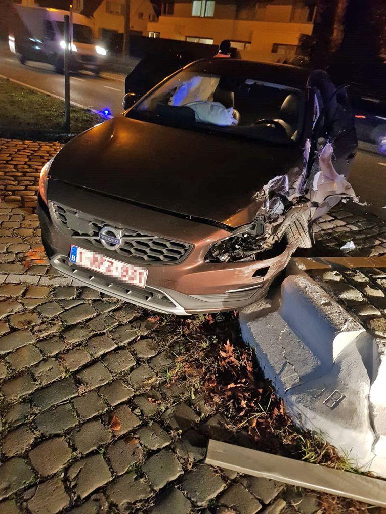 De Volvo kwam tot stilstand tegen een verkeerseiland.