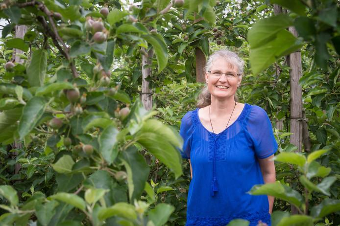 Juanita de Jonge van Appelbedrijf De Stuifakker in Zevenbergschenhoek tussen de Jonagold appelbomen. Foto René Schotanus/Pix4Profs
