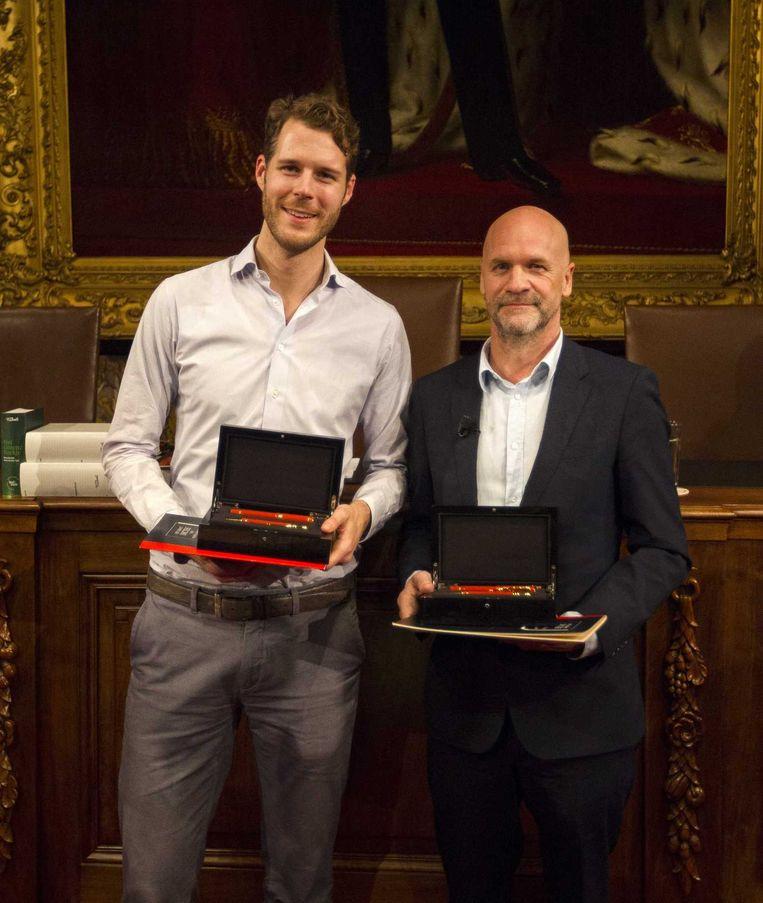 De Nederlandse winnaars van het Groot Dictee der Nederlandse Taal, scenarist en regisseur Frank Ketelaar (r) en Volkskrantlezer Mark Beumer. Beeld anp