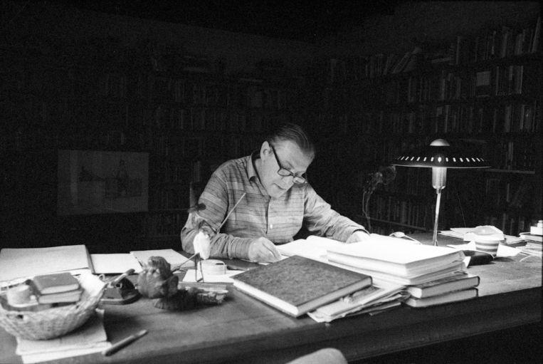 Louis Paul Boon aan het werk op zijn schrijverstafel