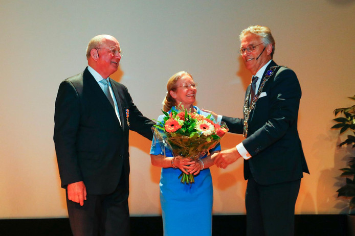 Scheidend voorzitter Jan Mengelers van het College van Bestuur van de TU Eindhoven is dinsdag geridderd. Burgemeester John Jorritsma speldde hem het lintje op; zijn vrouw kreeg een bos bloemen.