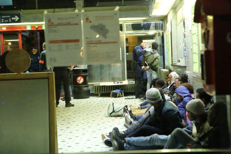 29 Transmigranten werden in het station van Landen aangehouden.