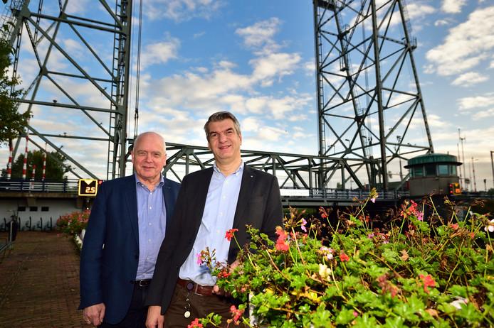 Thon Bostelaar ( links ) en Jaap Bremmer voor de hefbrug in Waddinxveen.