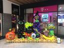 In het winkelcentrum in Zwijndrecht maakte Kim Suurland dit Halloweentafereel.