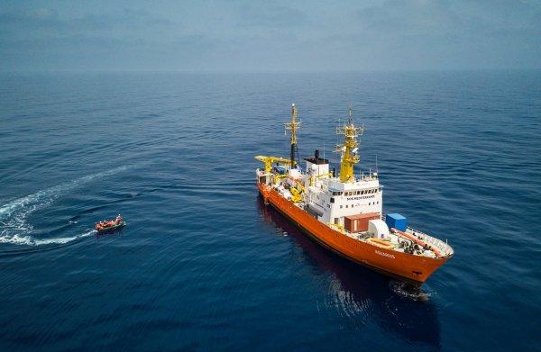 Migranten van reddingsschip Aquarius vinden toch een haven