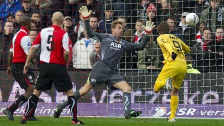 Bahia en De Cler staan machteloos als Junker de bal langs doelman Rob van Dijk schiet. ANP Beeld