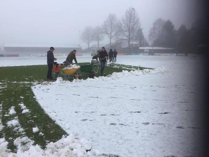 Nieuwkuijk-spelers maken zelf veld sneeuwvrij, maar verliezen: 'Gok heeft verkeerd uitgepakt'