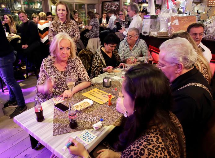 En dan zit je zomaar met Viola Holt aan tafel tijdens de Glamourbingo in de Commerce .