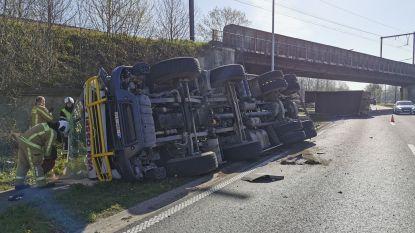 Vrachtwagen gekanteld nadat container tegen spoorbrug botst, geen treinverkeer meer tussen Sint-Niklaas en Puurs