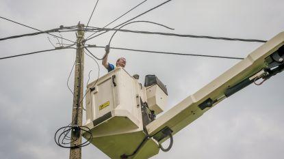 Vrachtwagen rijdt tegen hoogtewerker: Arbeider komt stevig ten val