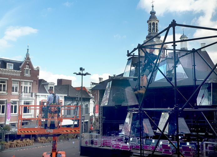 Het licht en geluid wordt woensdag en donderdag op het enorme podium voor de feestweek in Roosendaal aangelegd.