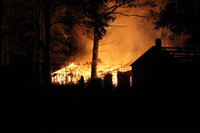 De brandweer heeft de schuur gecontroleerd uit laten branden.