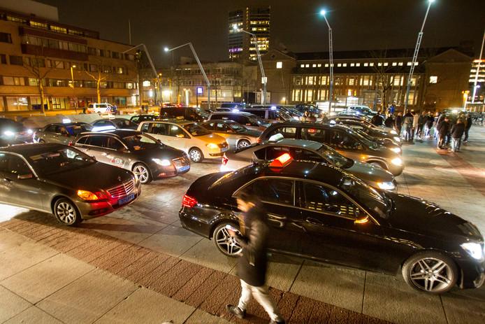 Actievoerende taxichauffeurs voor het Eindhovense stadhuis op een archieffoto.
