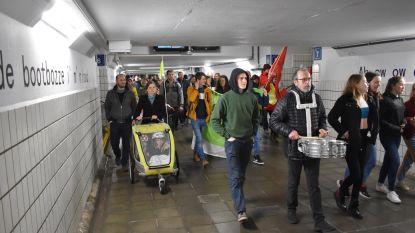"""VIDEO. 150 klimaatbetogers marcheren door Zottegem: """"Liever leven zonder wagen en vlees dan geen leven"""""""