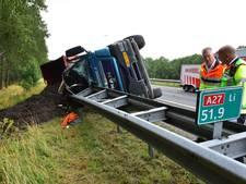 Chaos op A27 door gekantelde vrachtwagen
