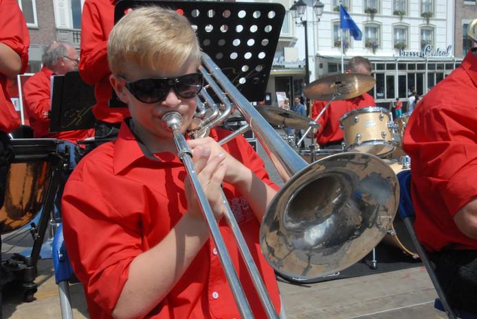 Dylan Nyholt, 12 jaar, is het jongste lid van het muziekgezelschap.